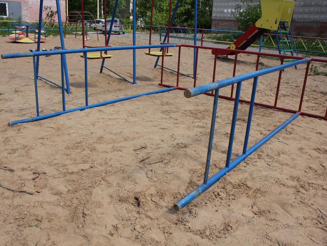 ВРжеве на ребенка надетской площадке упала металлическая конструкция