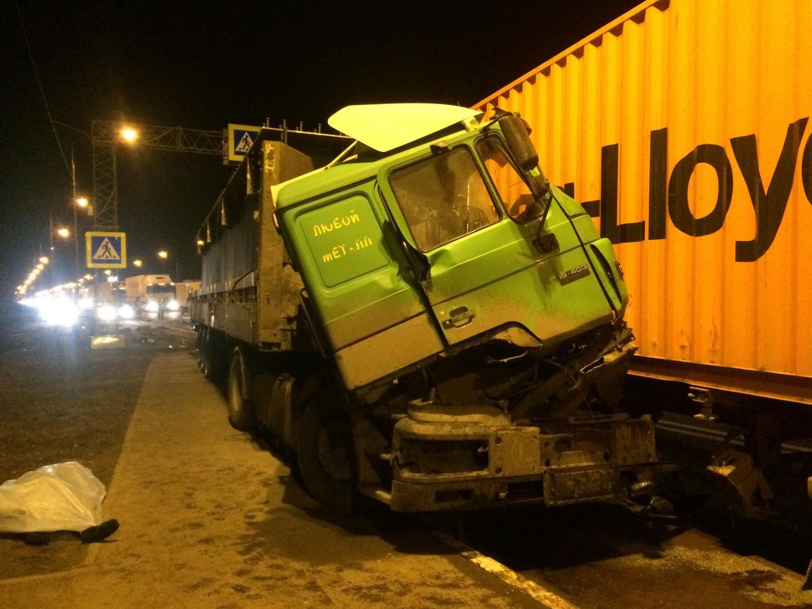 Натрассе М-10 под Тверью, пропуская пешехода, умер шофёр большегруза