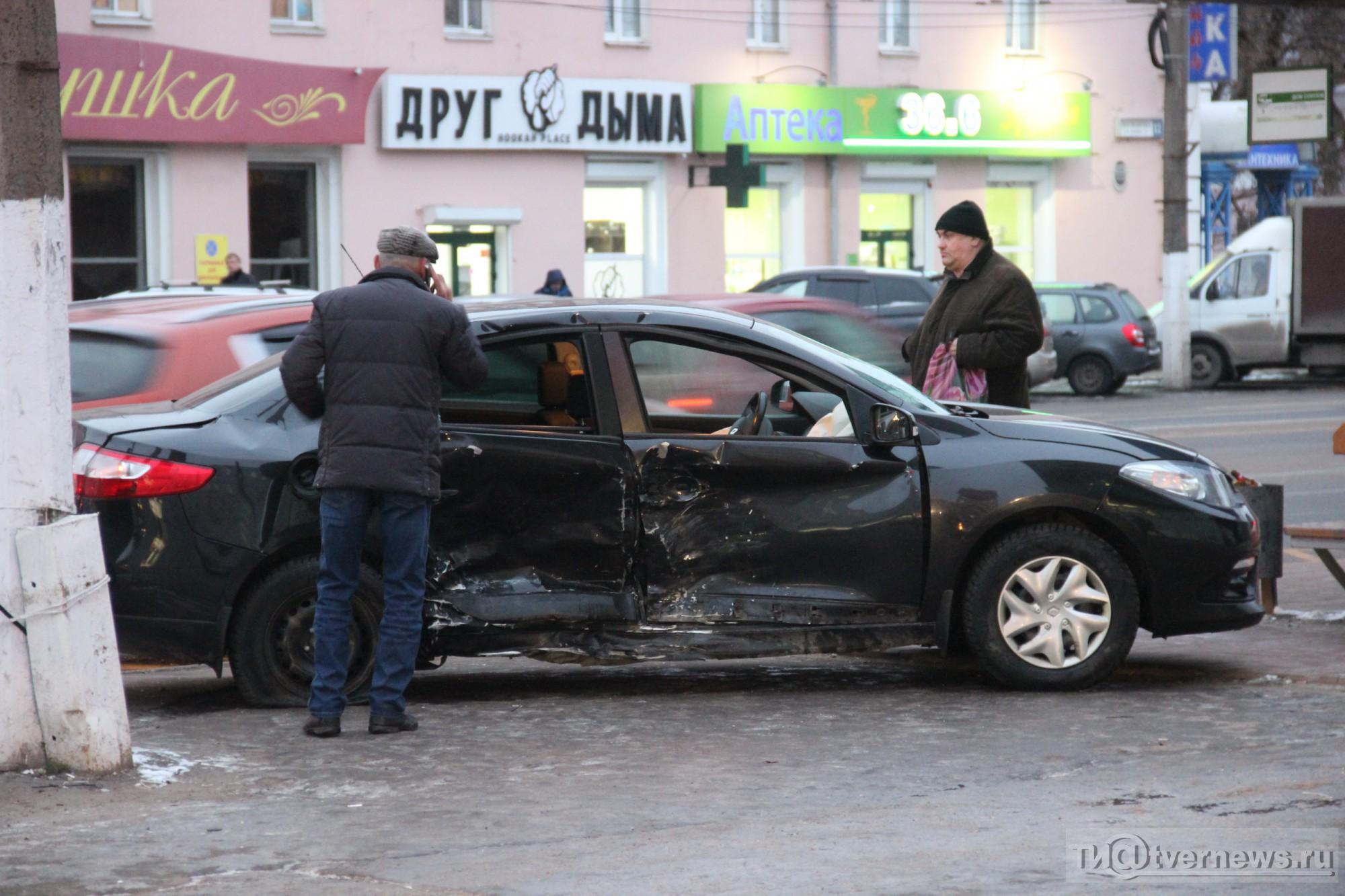 ВТвери шофёр легковушки непропустил спешащий автомобиль милиции, пострадал один человек