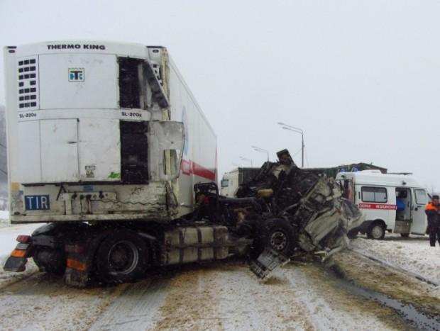 Серьезная авария на трассе в Тверской области: столкнулись две фуры и  кроссовер - ТИА