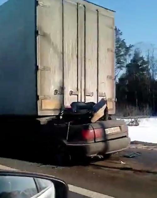 Два человека вТверской области погибли, влетев под грузовой автомобиль