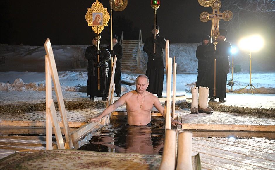 Путин наКрещение окунулся впрорубь натерритории Монастыря наСелигере