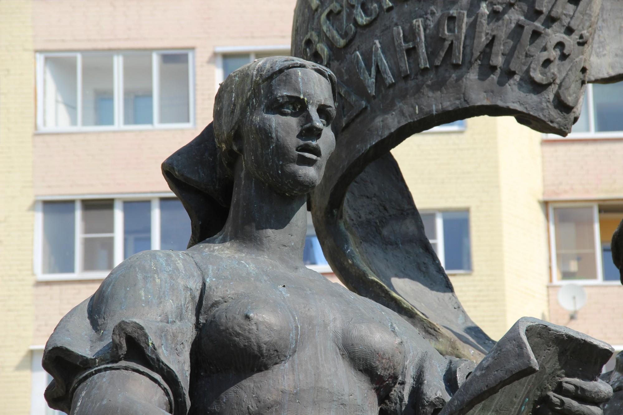Просто красивое порно у памятника