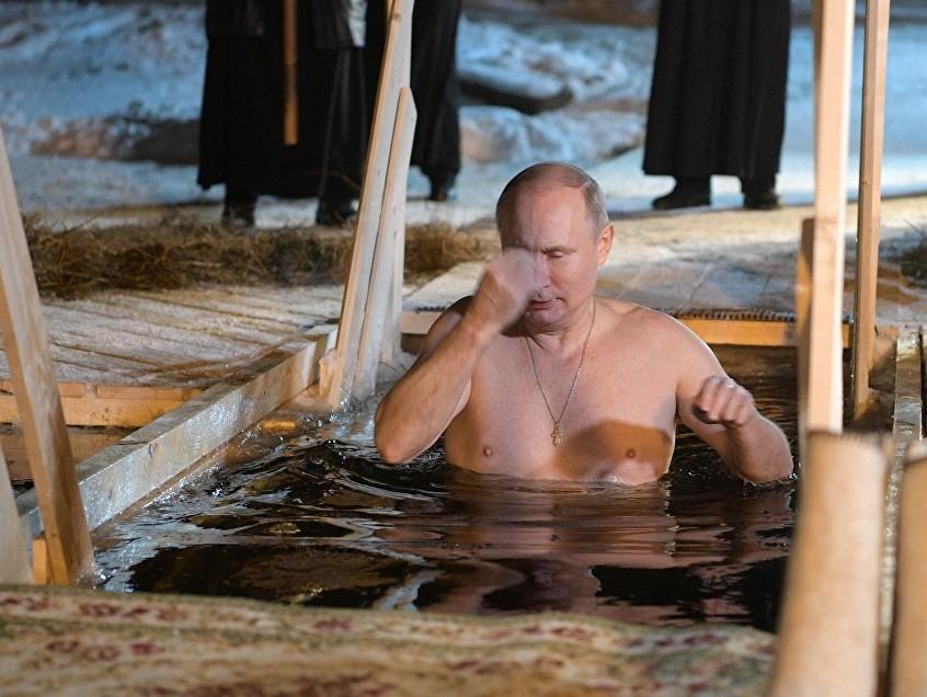 Путин окунулся вкрещенскую прорубь наозере Селигер