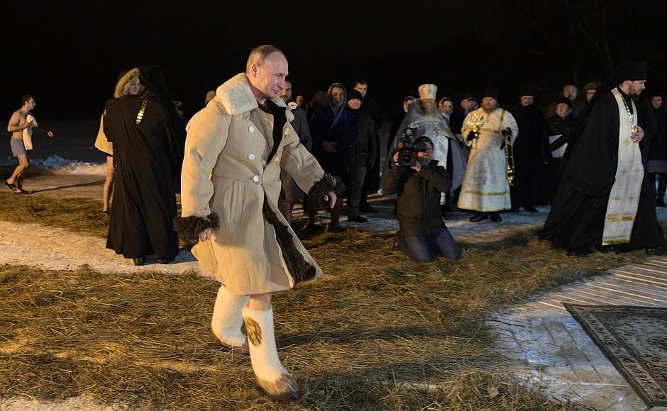 Путин наКрещение окунулся впрорубь наСелигере