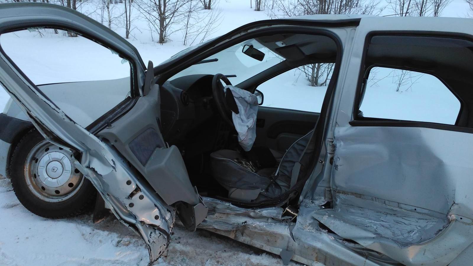 ВТвери шофёр без прав врезался встолб иполучил серьёзные травмы