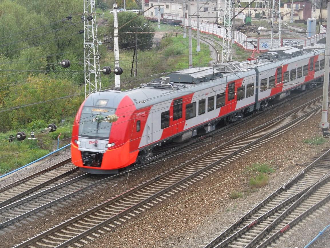 Человек шёл по переезду в наушниках и попал под поезд видео
