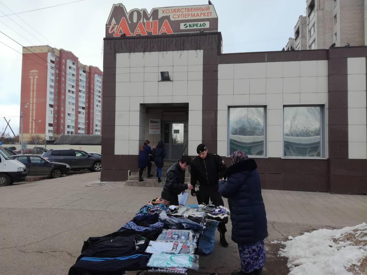 ВТвери наказали продавцов, которые незаконно торговали вещами на дорогах