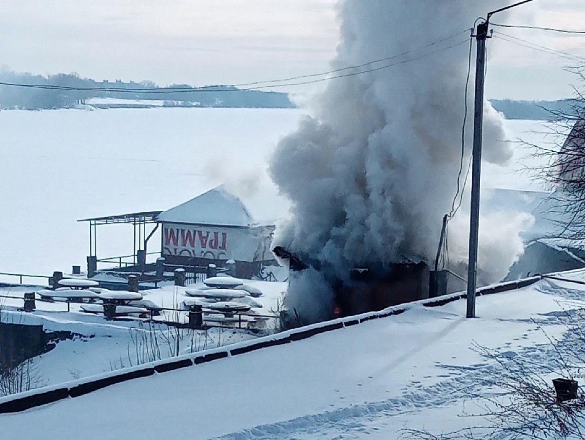 В Кимрах на территории кафе «Причал» произошёл пожар | Видео