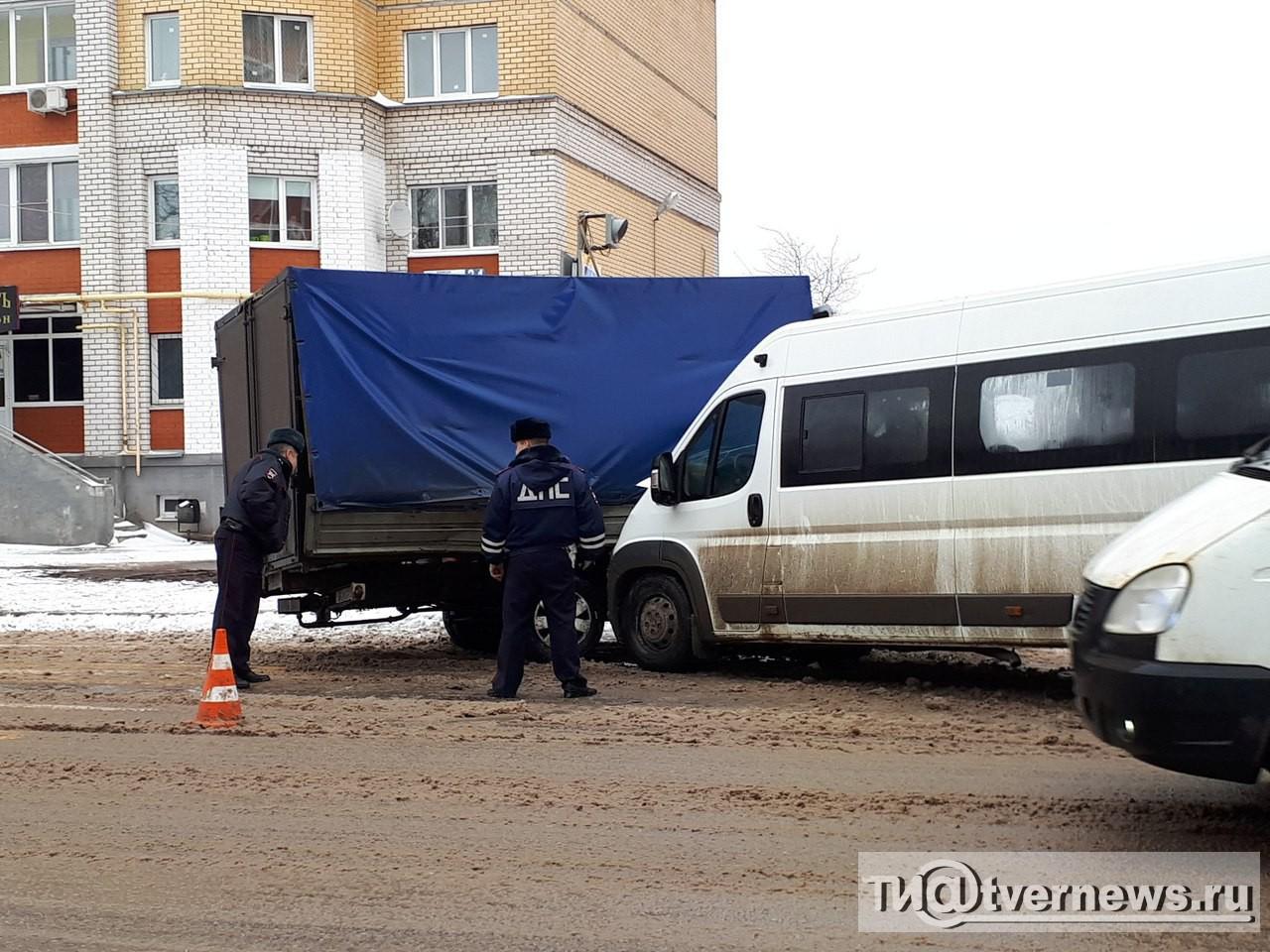 ВТвери при столкновении «Газели» имаршрутного такси пострадали 6 человек