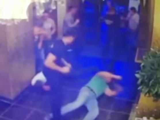 драка с охраной ночного клуба видео