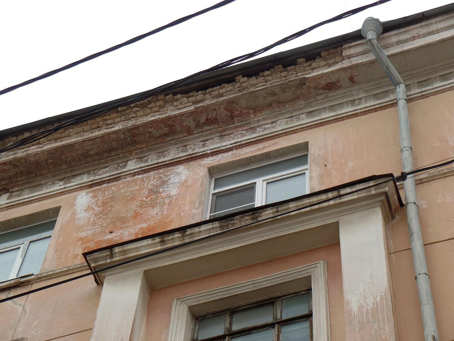 Следователи проверят дом вТвери, скрыши которого натротуар падают кирпичи